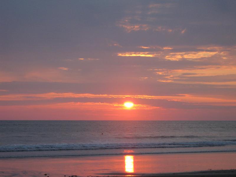 coucher de soleil sur le pacifique à canoa en equateur
