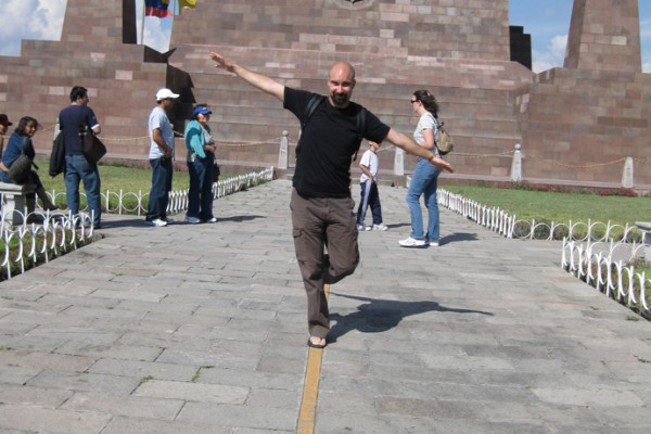 Tristan à la Mitad del Mundo, Equateur - blog voyage Trace Ta Route