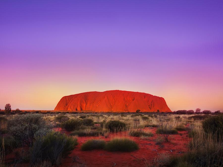 uluru ayers rock terre rouge et ciel violet, Australie, Blog Voyage Trace Ta Route