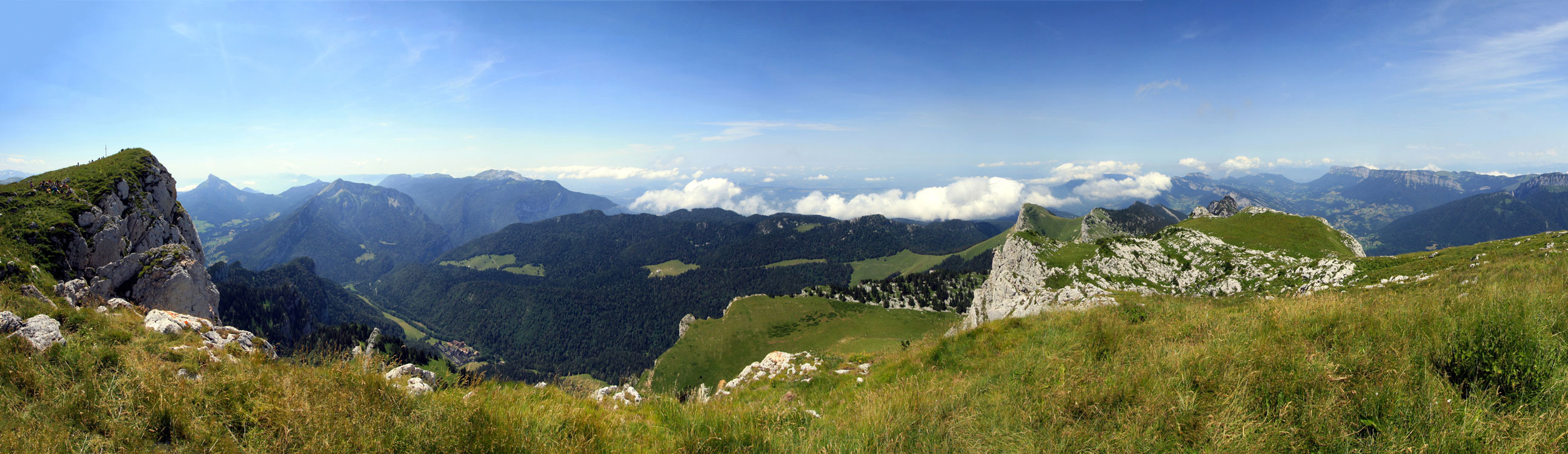 Vue sur le Massif de la Chartreuse (Ouest) depuis le sommet du Grand Som.