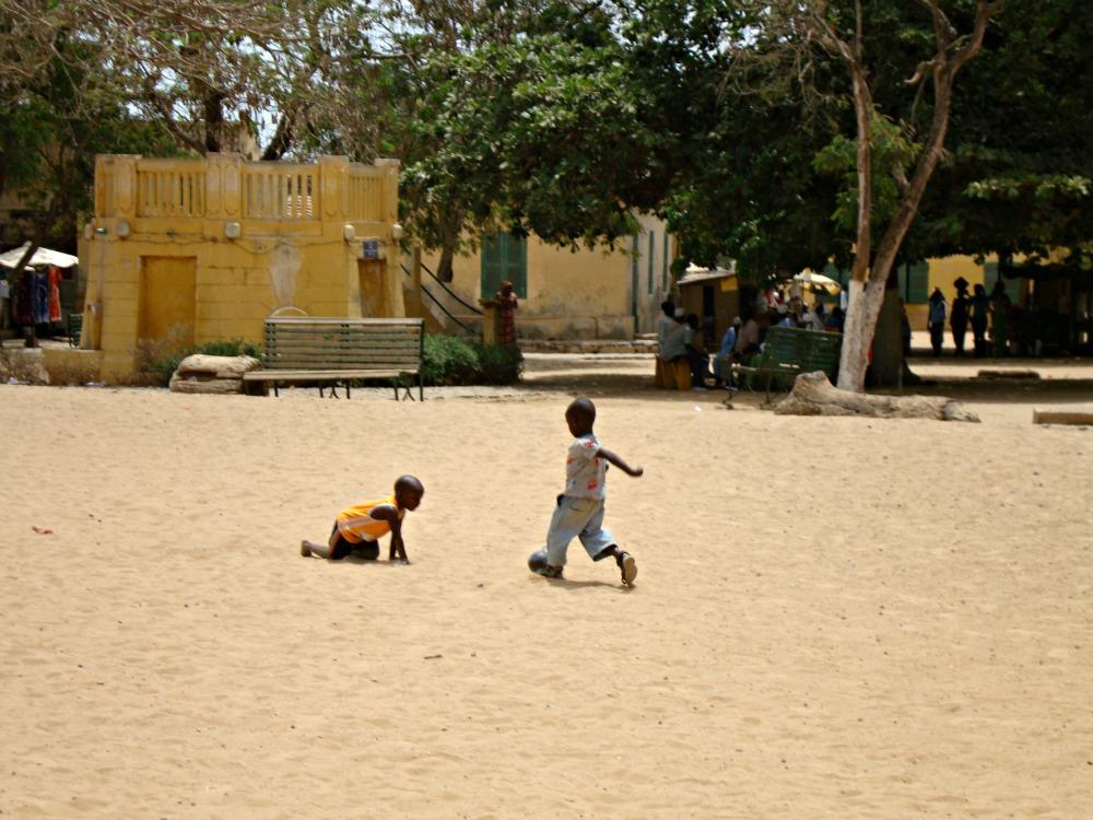 Enfants jouant au football Île de Gorée Sénégal Afrique