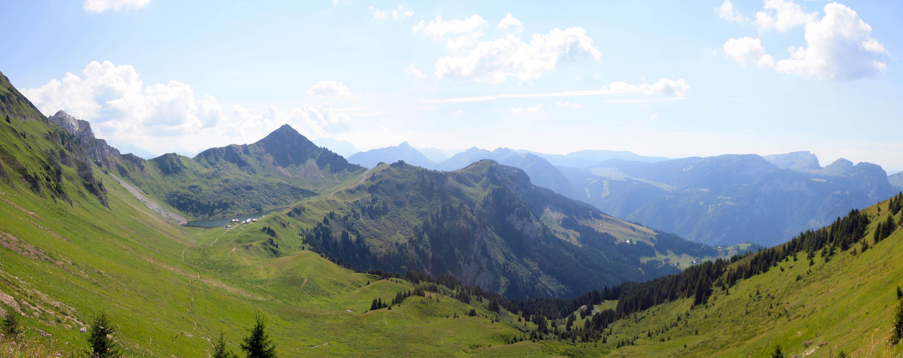 Le Lac de Lessy et, au fond, le Plateau des Glières