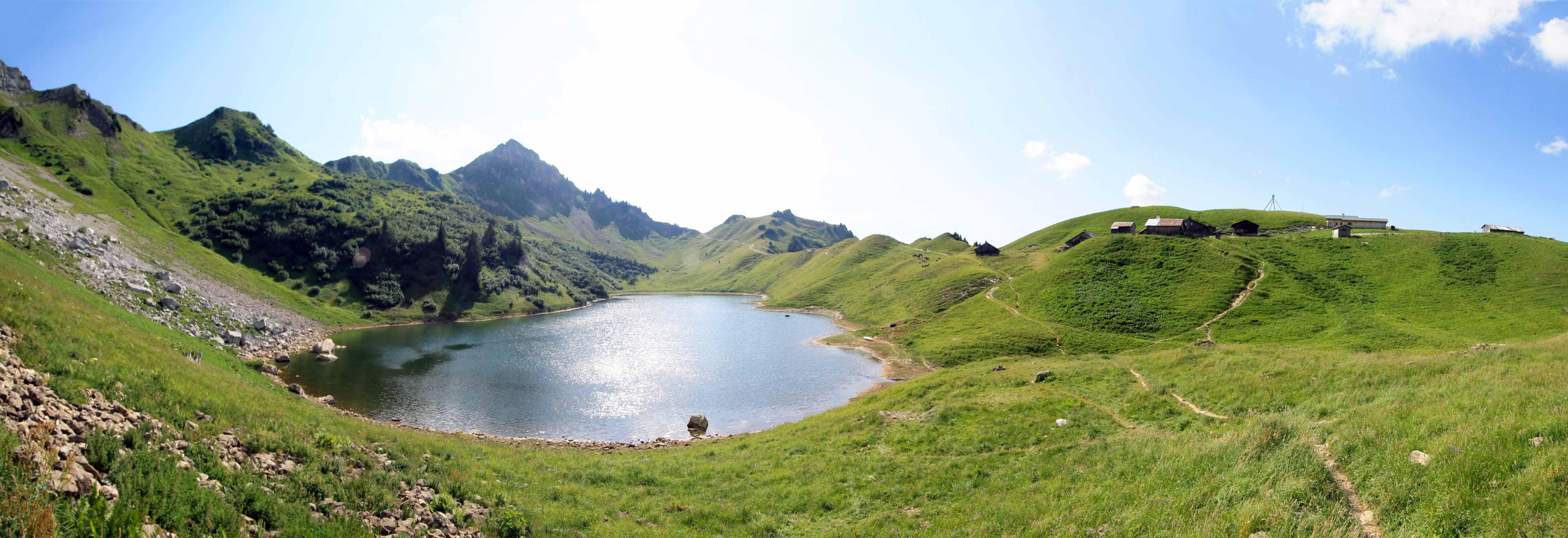 Le Lac de Lessy, ses chalets d'alpage et l'Aiguille Verte en fond