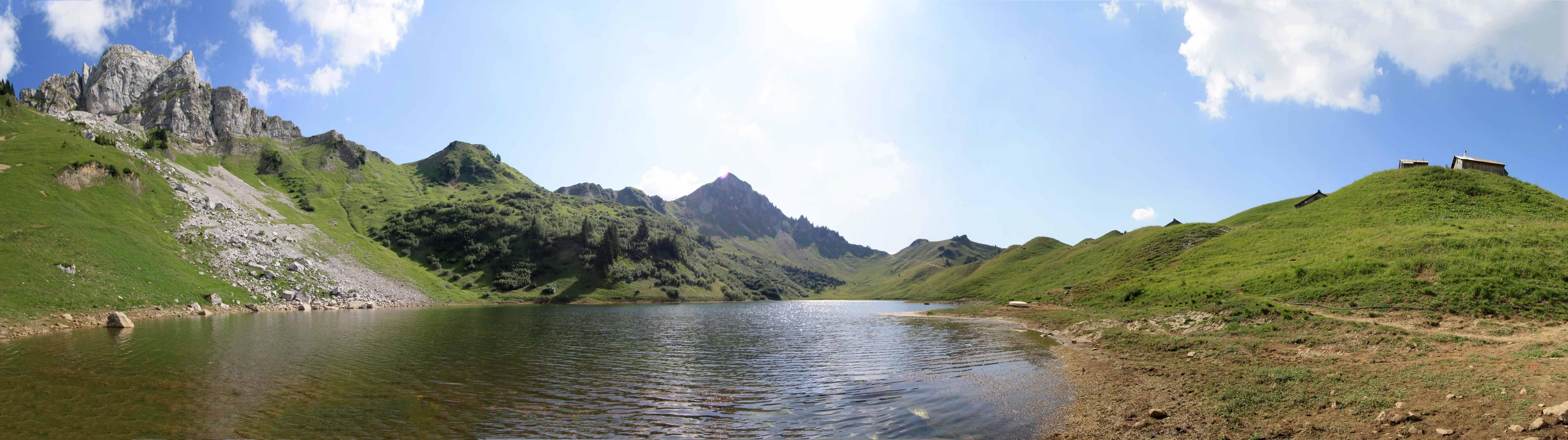 Le Lac de Lessy et l'Aiguille Verte en fond