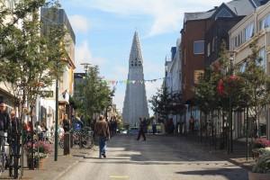 Reykjavík - Skólavörðustígur avec Hallgrímskirkja en fond, Islande