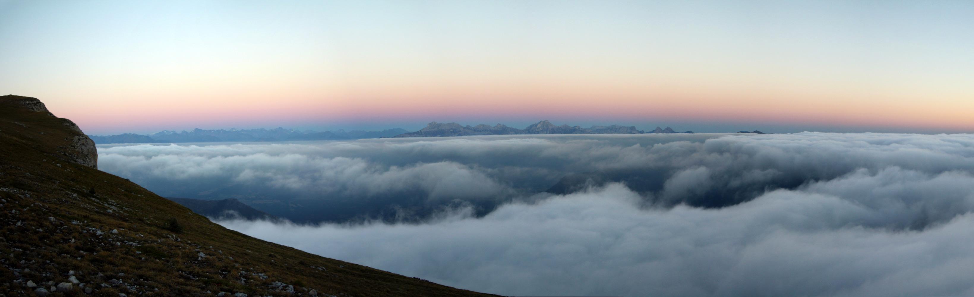 Mont Aiguille. Mer de nuages au-dessus du Trièves au coucher du soleil.