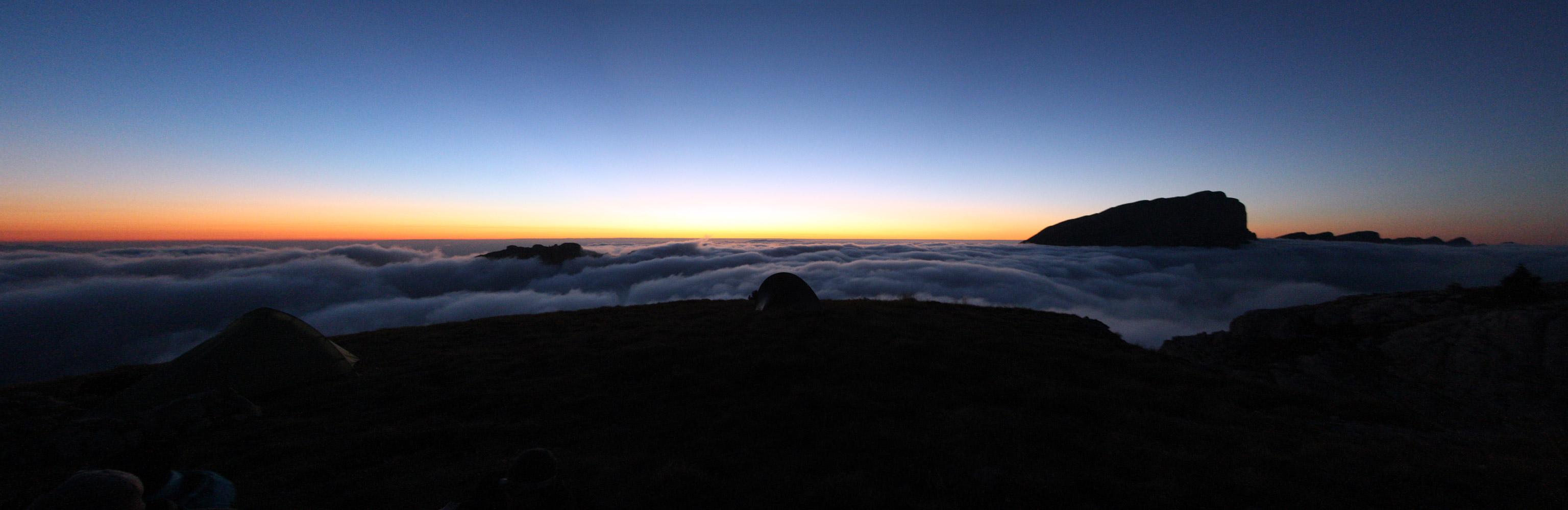 Mont Aiguille. Coucher du soleil au-dessus d'une mer de nuages - édouard photographie © Trace Ta Route