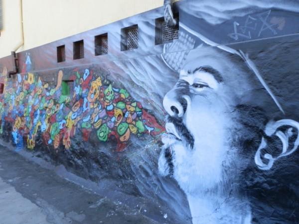 street art valparaiso homme souffle coloré chili blog voyage trace ta route