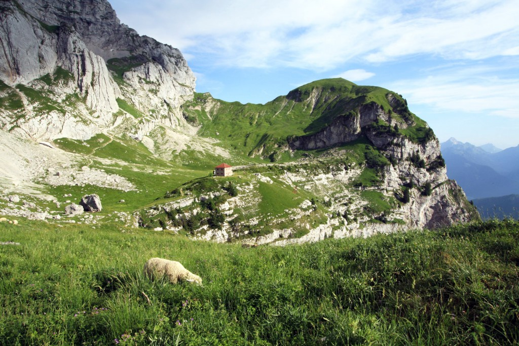 Le Refuge de La Tournette, sur le plateau intermédiaire