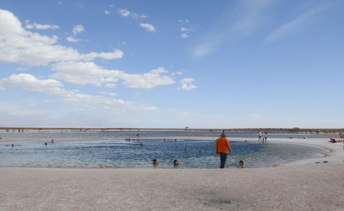 gens quis e baignent à la laguna cejar désert atacama blog voyage trace ta route