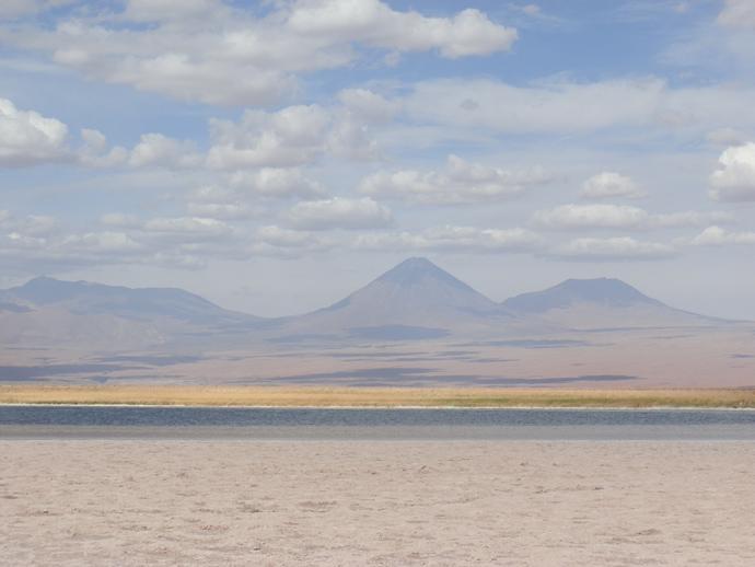 paysage de volcans et montagnes déserta atacama laguna cejar blog voyage trace ta route