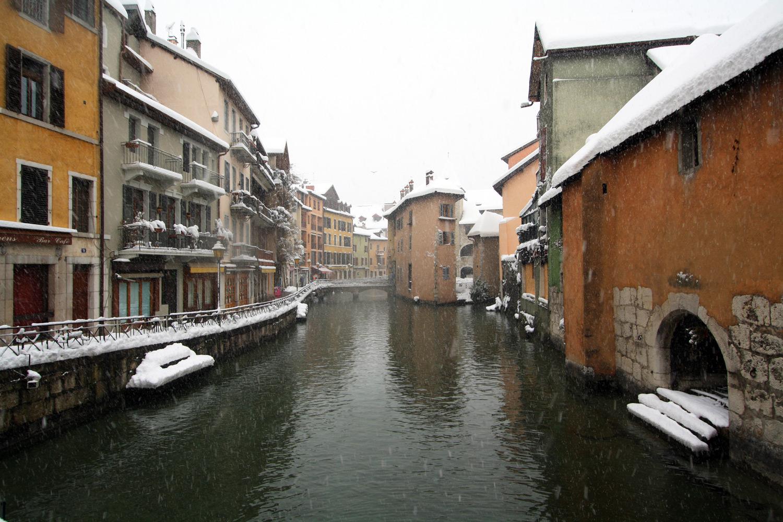 Le Canal du Thiou dans la Vieille Ville d'Annecy sous la neige (1er décembre 2010)
