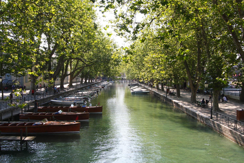 Le canal du Pont des Amours, à Annecy