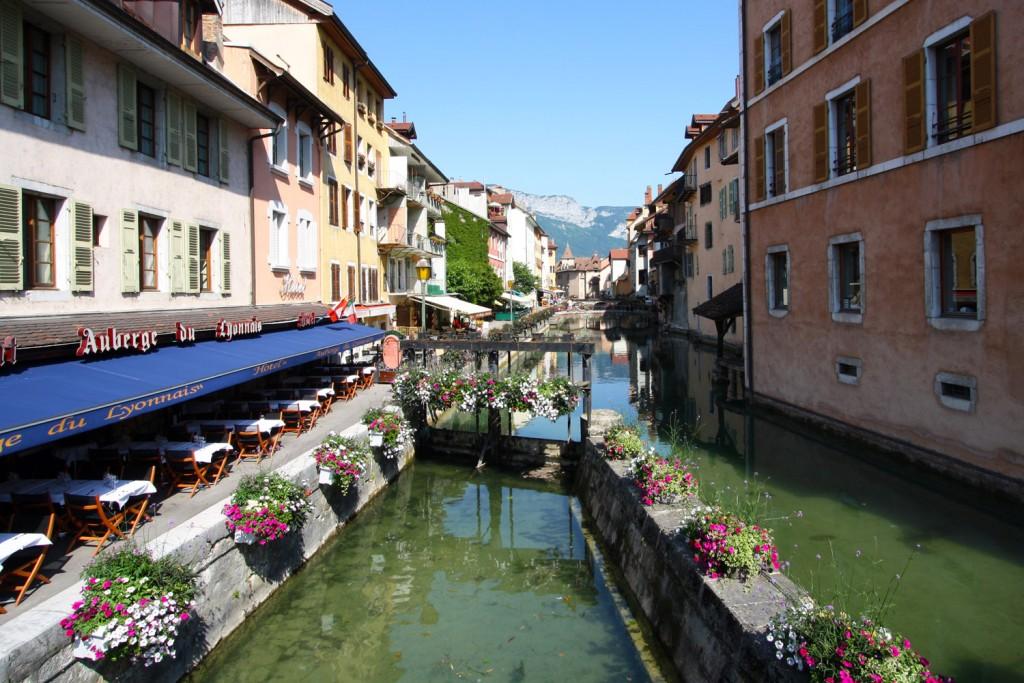 Le canal du Thiou et l'écluse fleurie dans la Vieille Ville d'Annecy