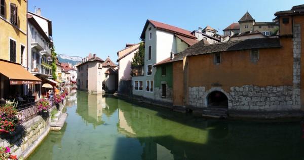 Le canal du Thiou dans la Vieille Ville d'Annecy - édouard photographie © Trace Ta Route