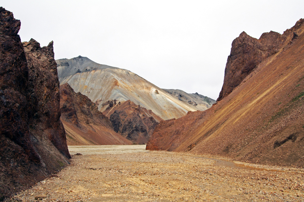 Ravine à Landmannalaugar et Blahnukur en fond, Islande