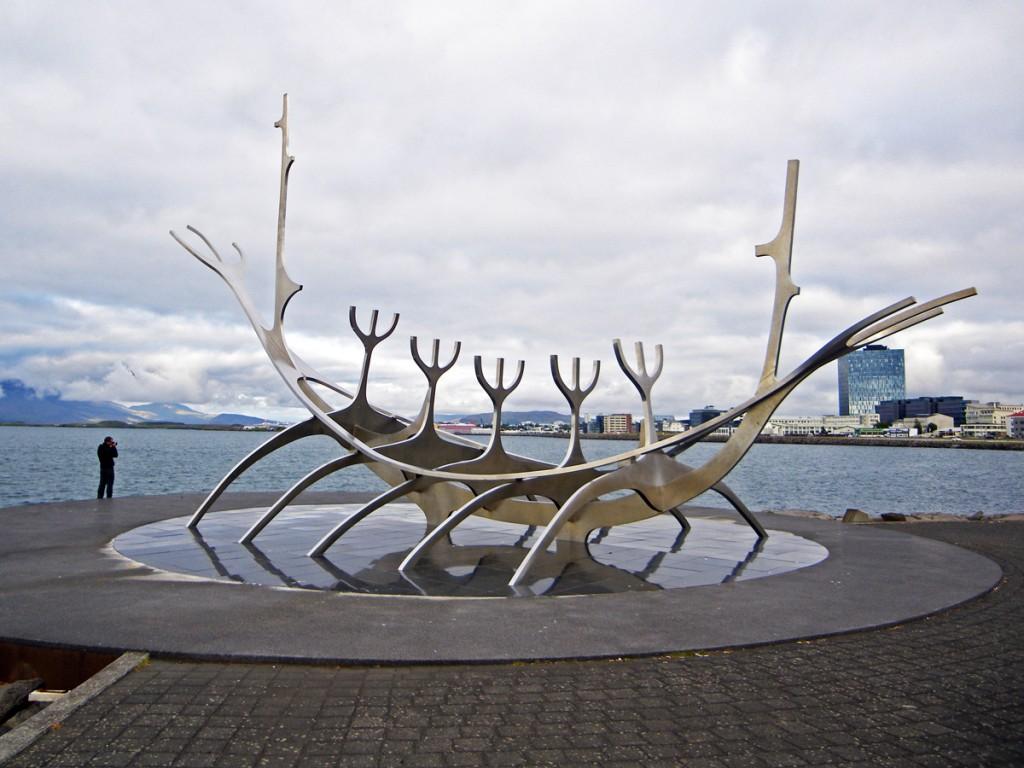 """Sculpture Solfar, le """"voyageur du Soleil"""" à Reykjavik, Islande"""