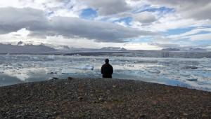 Voyageur contemplant une mer d'Icebergs à Jokulsarlon, Islande