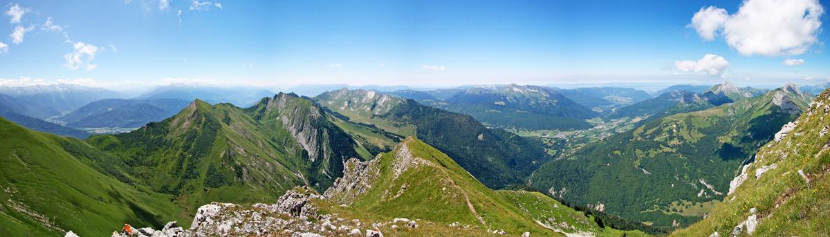 Sommet du Pécloz : vue Ouest sur le Massif des Bauges (Arclusaz, Colombier, Trélod, Arcalod)