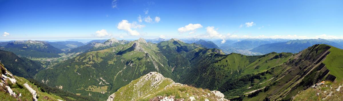 Sommet du Pécloz : vue Nord-Est sur le Massif des Bauges (Colombier, Trélod, Arcalod, Chaurionde, Sambuy et Mont d'Armenaz)