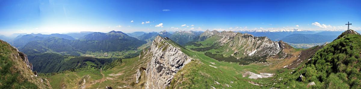 Vue au sommet de la Dent d'Arclusaz (vue Nord sur le Vallon et les Bauges)