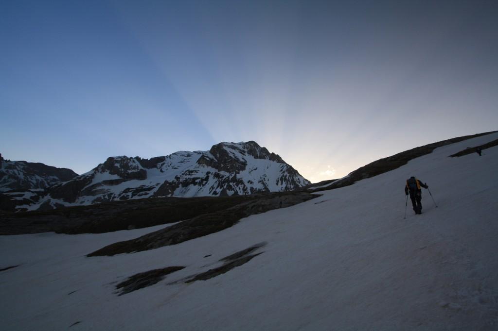 Lever du Soleil derrière la Grande Casse (Parc National de la Vanoise) - édouard photographie © Trace Ta Route