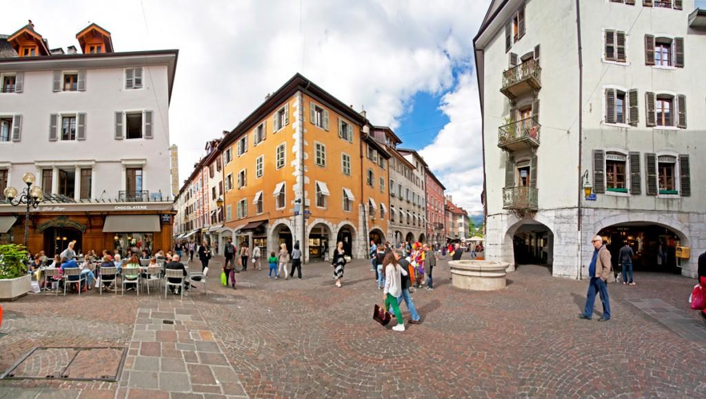 Le Puits Saint-Jean au croisement de la rue du Paquier et de la rue Carnot (Annecy)