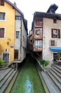 Canal dans la Vieille Ville d'Annecy