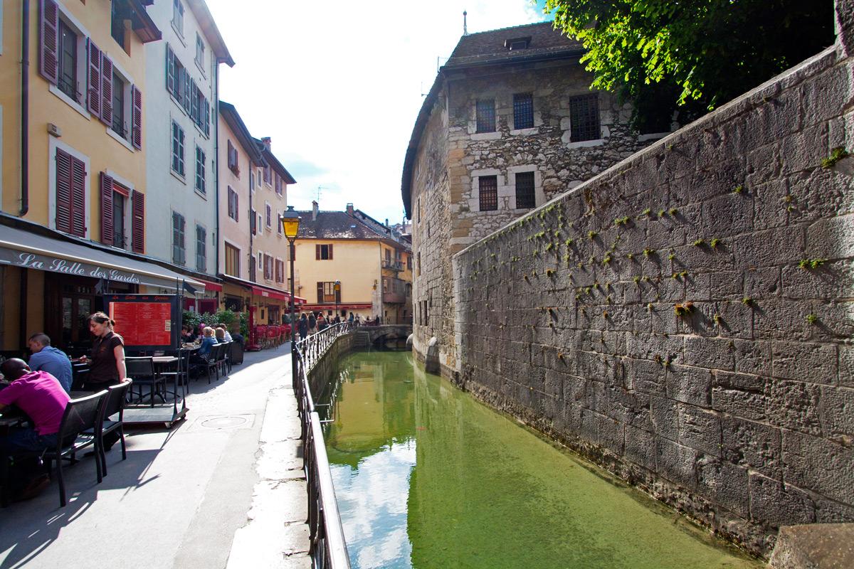 Le Quai des Vieilles Prisons et le Palais de l'Isle (Vieille Ville d'Annecy)