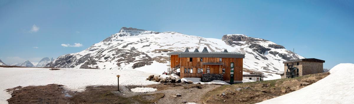 Nouveau refuge du Col de la Vanoise et Refuge Felix Faure (Pointe de la Réchasse en fond)