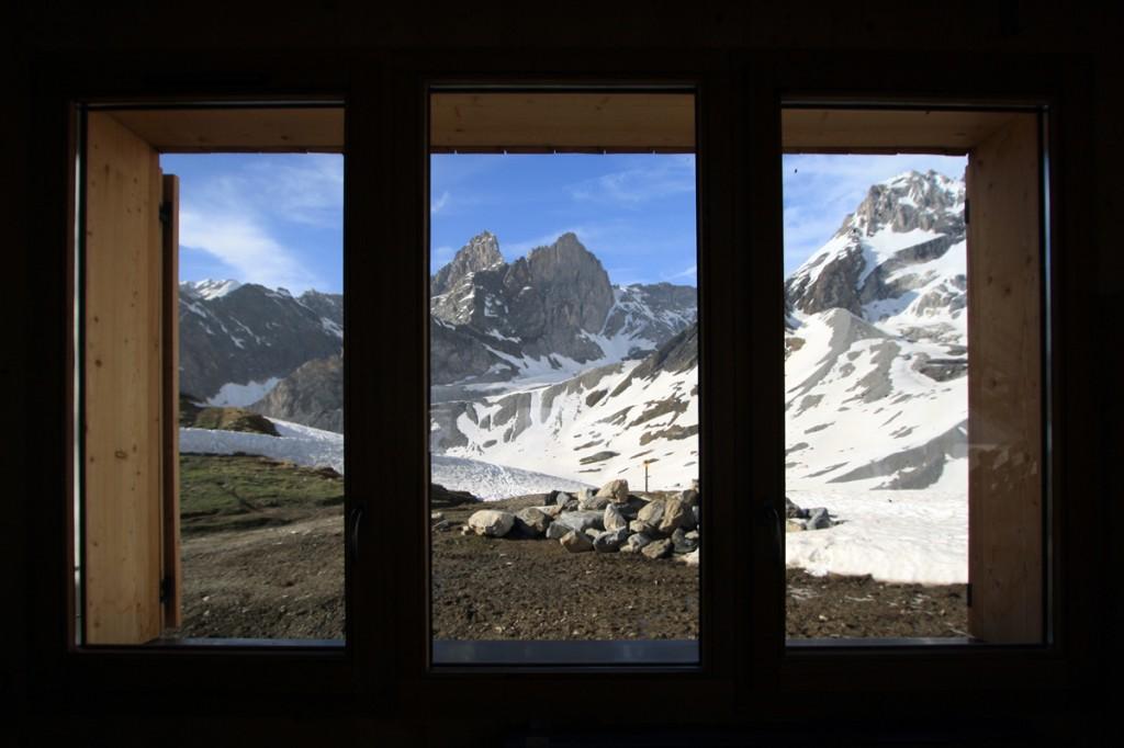 Pointes de la Glière depuis une fenêtre du nouveau Refuge du Col de la Vanoise - édouard photographie © Trace Ta Route