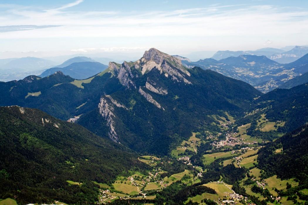 Panorama sur le Grand Som et Saint-Pierre-de-Chartreuse depuis le sommet de Chamechaude