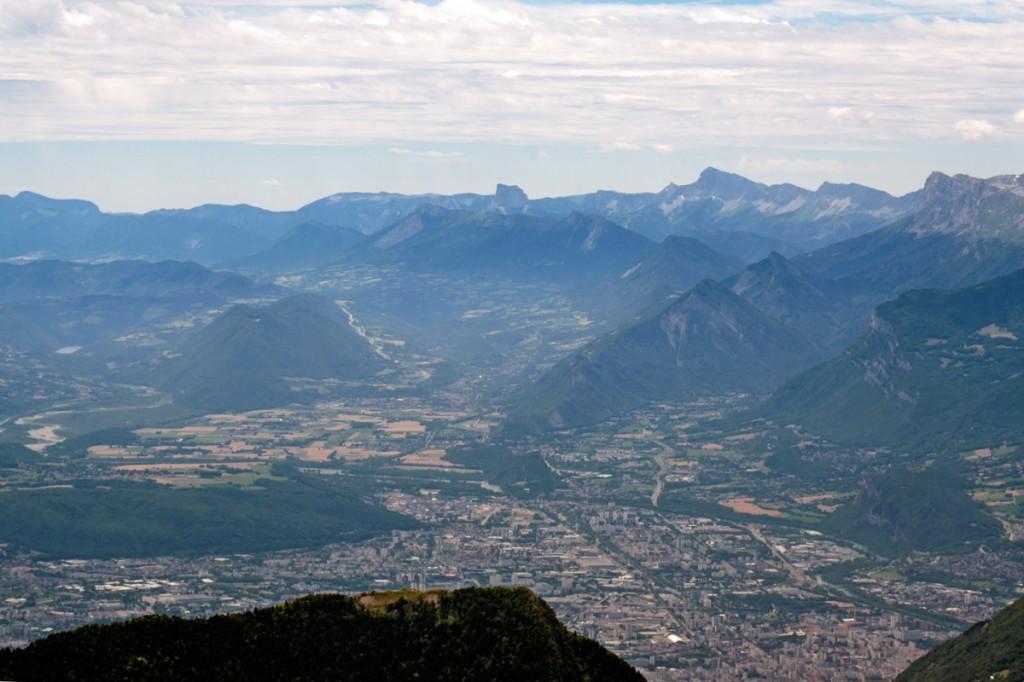 Vue de Grenoble et le Trièves avec le Mont Aiguille, depuis Chamechaude (Massif de la Chartreuse)
