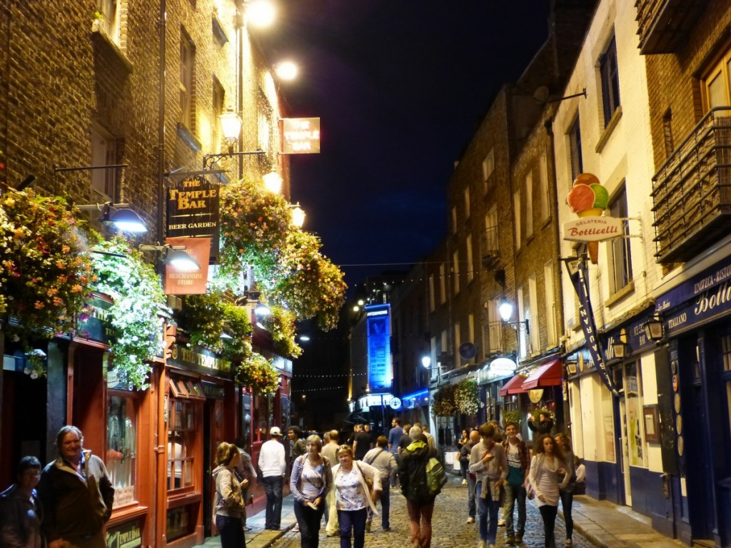 Temple Bar Dublin by night - Blog Voyage Trace Ta Route