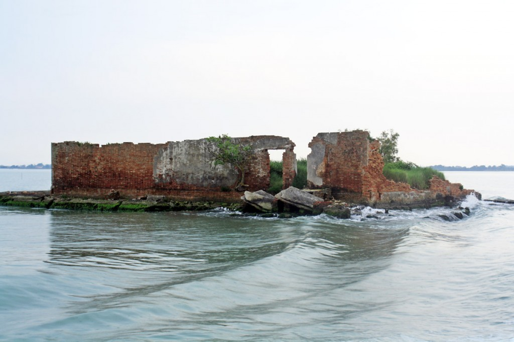 Ruine dans la lagune de Venise, vers l'île de Burano