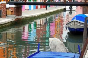 Reflets colorés dans le canal de Burano (lagune de Venise)
