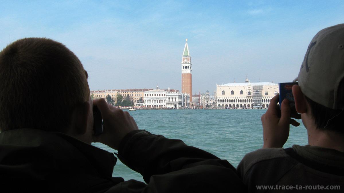 Jeunes touristes à Venise