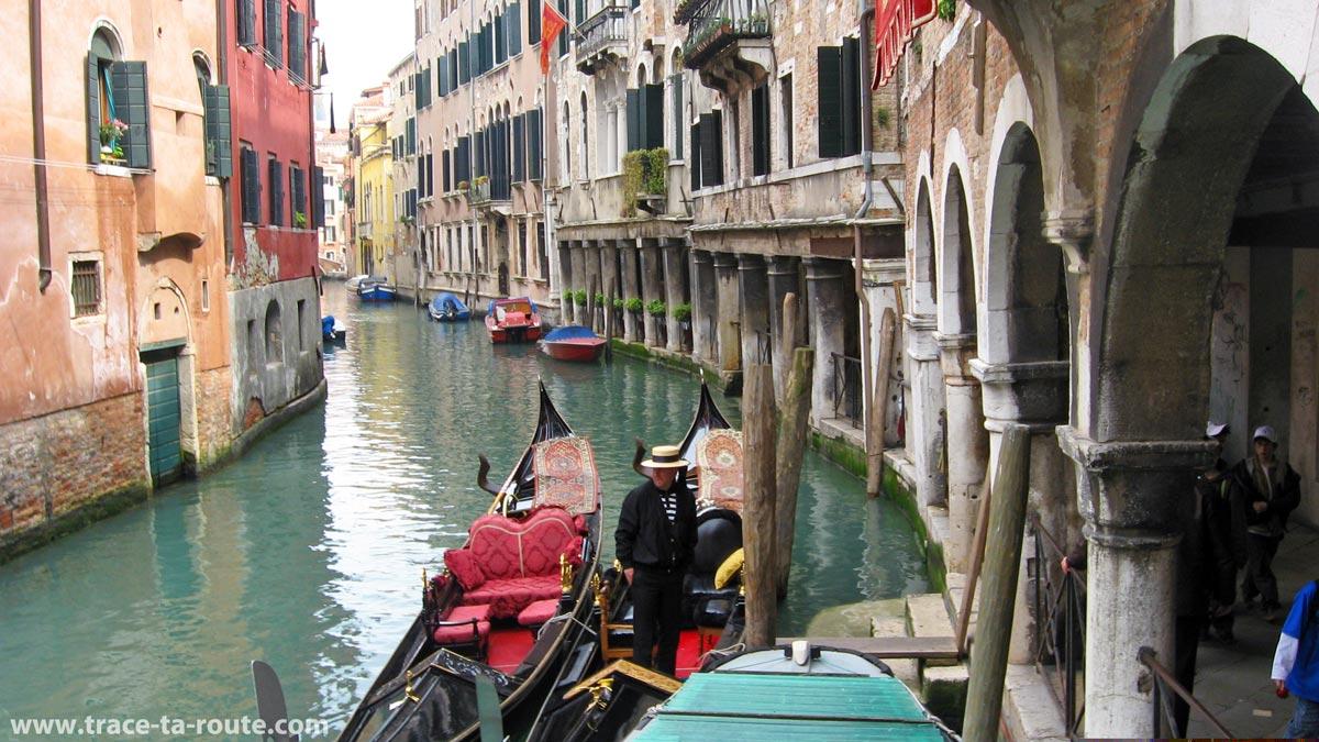 """Gondoles sur le Canal des Saints Apôtres, Venise (""""Rio dei Santi Apostoli"""")"""