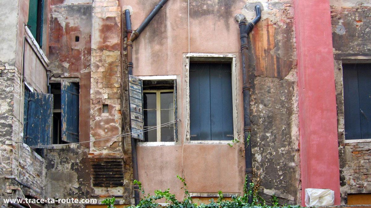 Vieille façade d'immeuble à Venise