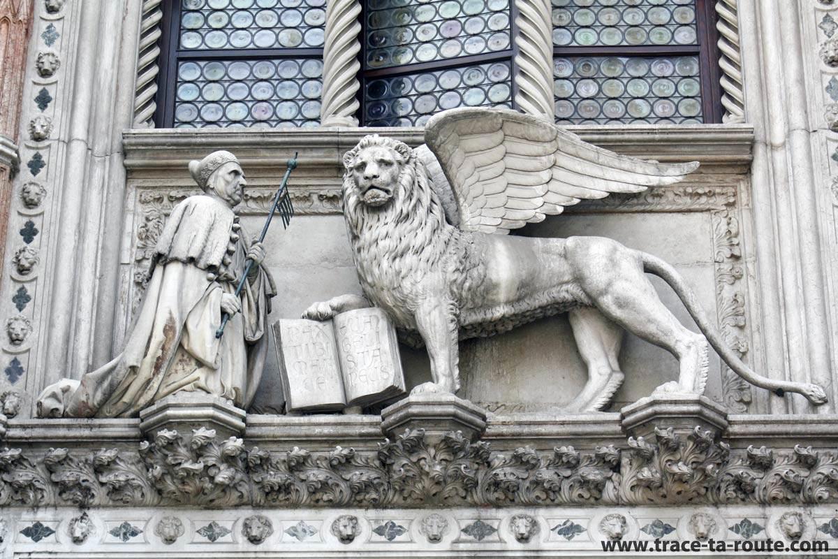 Bas-relief du Lion ailé au-dessus de la Porte de la Charte du Palais des doges, Venise