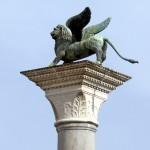 La colonne du Lion de Saint Marc sur la Piazzetta Saint-Marc de Venise