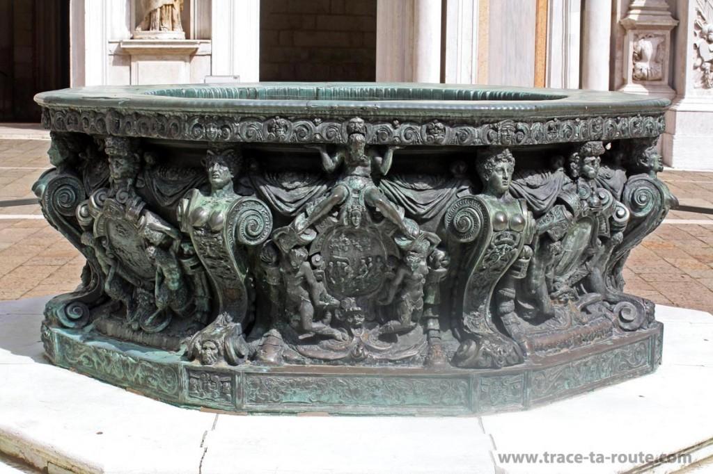 Le Puits Niccolo dei Conti de la cour du Palais des Doges à Venise