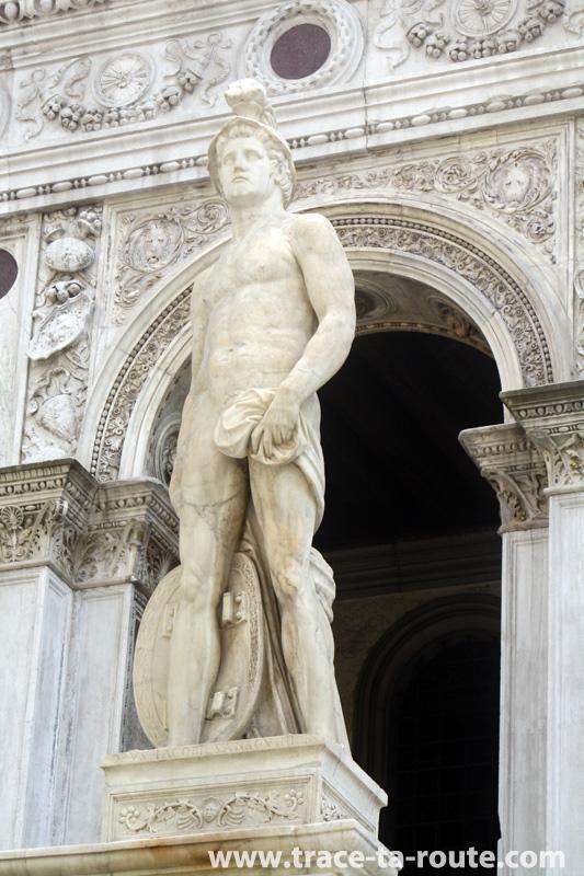 Statue de Mars, au-dessus de l'Escalier des Géants, dans la cour du Palais des Doges à Venise