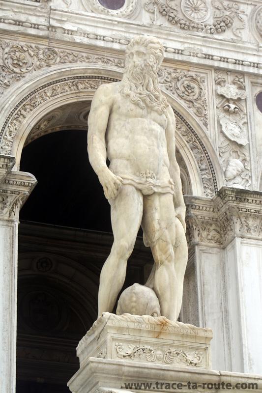 Statue de Neptune, au-dessus de l'Escalier des Géants, dans la cour du Palais des Doges à Venise