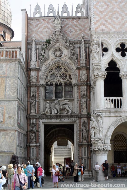 Porte de la Charte du Palais des doges, Venise