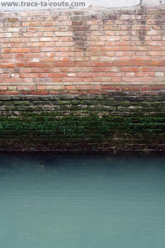 Façade en briques à Venise - édouard photographie © Trace Ta Route