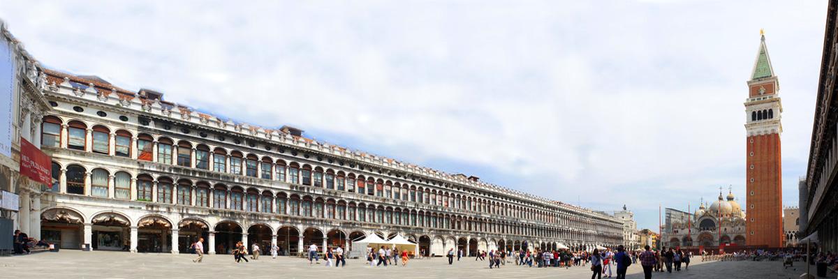 Place Saint Marc de Venise, le Campanile et la Basilique