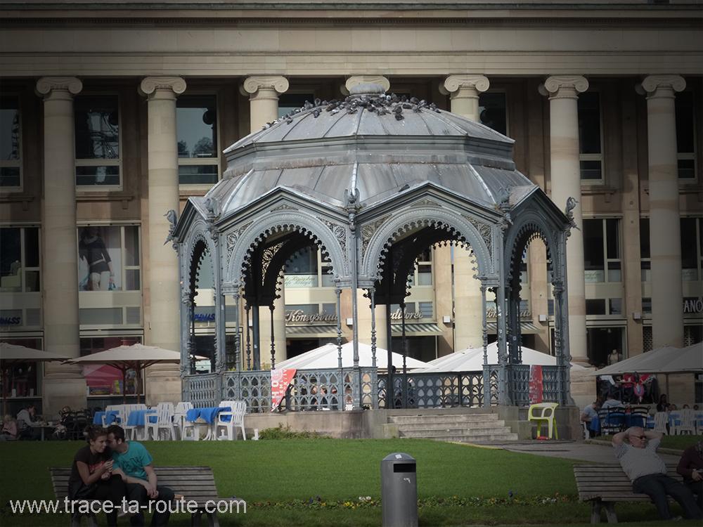 Schlossplatz Kiosque et amoureux Stuttgart - Allemagne Deutschland Germany