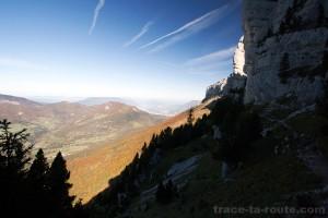 Sentier de randonnée le long de la barre rocheuse du Mont Granier (Chartreuse)