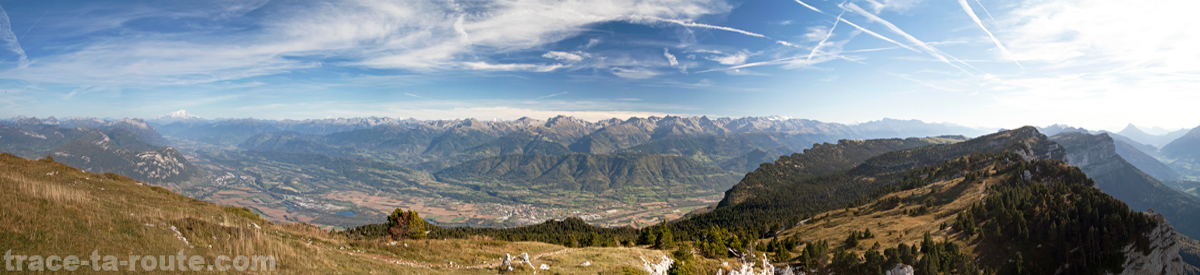Vue depuis le plateau du Granier (Chartreuse) : Belledonne, les Bauges, la Combe de Savoie et le Mont Blanc